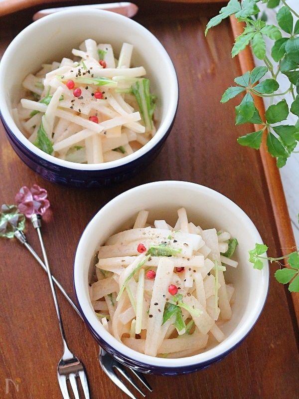 白いお皿に盛られた大根サラダ