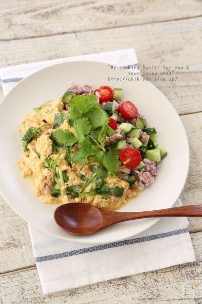 449kcal:ツナとパクチーのオムレツサラダごはん