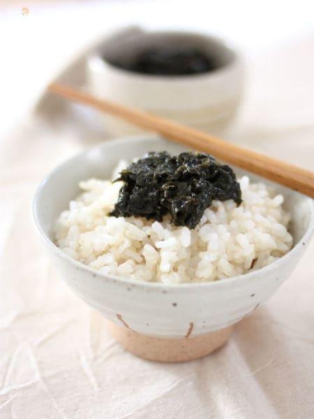 茶碗に盛られた海苔の佃煮のゆず胡椒風味とご飯
