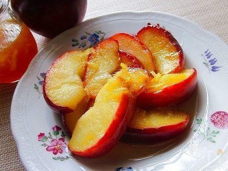 お皿に盛られた焼きリンゴ