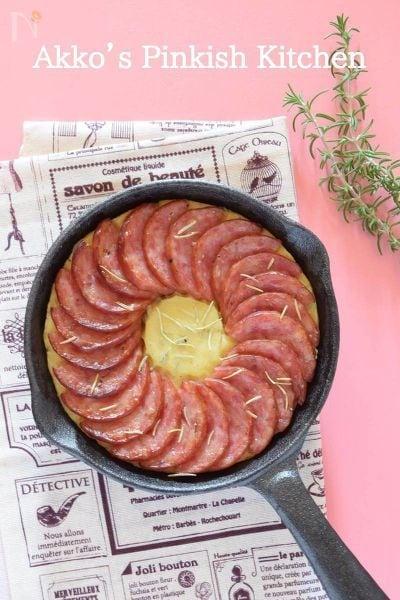 スキレットでオーブン焼きした、ローズマリーポテトとサラミ。