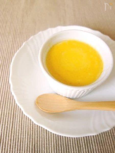白いカップ入り蒸しカボチャプリン