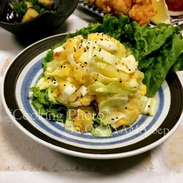 おしゃれなデザインのお皿に入ったアンチョビとキャベツのポテトサラダ