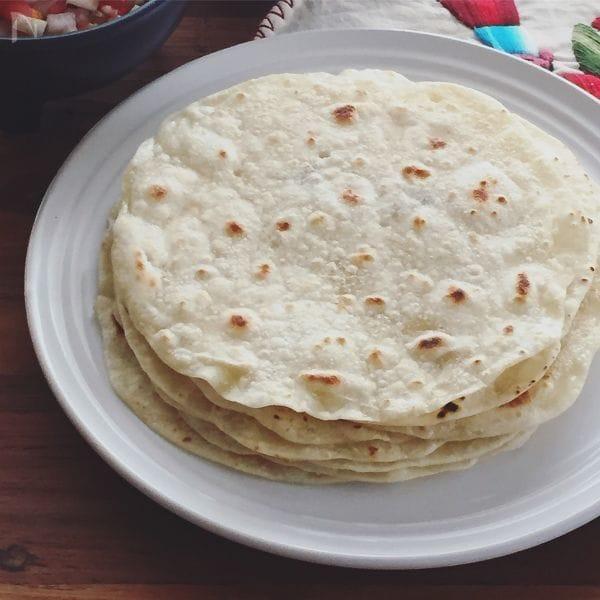 白の皿に何枚も重ねられたチャパティ