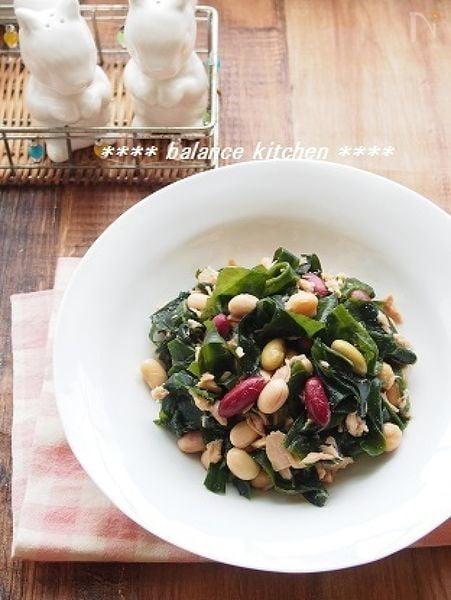 白い食器に盛られた、わかめと豆のツナサラダ