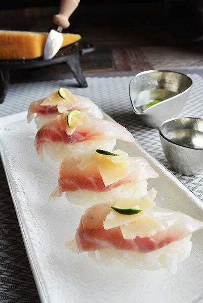 すだちと白トリュフ塩とパルミジャーノで食べる鯛のおすし