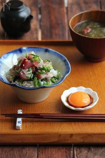 マグロの黄身醤油和え丼。