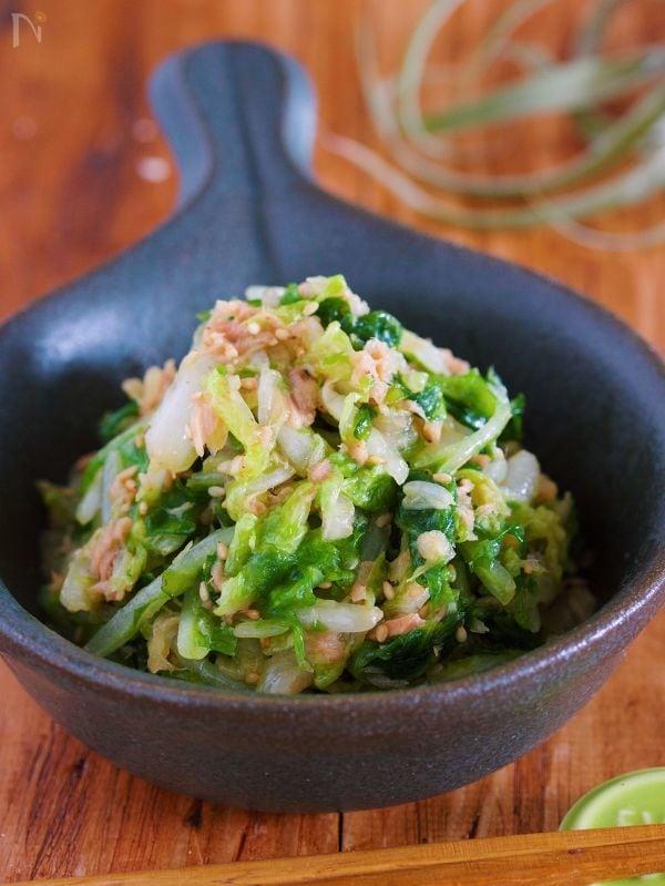 おしゃれな黒の食器に盛られた白菜とツナの和え物