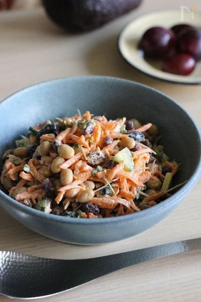 にんじんとレーズンと豆のスプーンサラダ