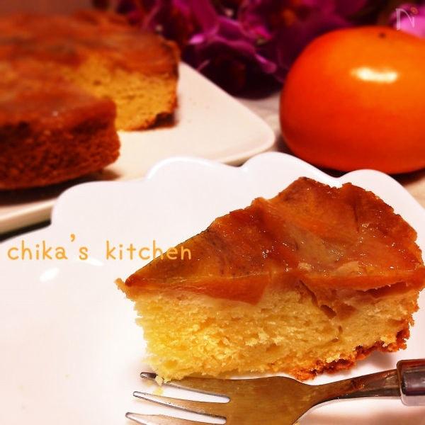 白いお皿に盛られた柿のキャラメルリゼタルト